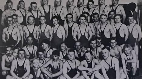 Paini oli Kolhon Vihurissa urheilulaji, jossa menestyttiin vuosien 1945–1955 välisenä aikana hyvin. Kuvassa seuran painijoita Toijalassa vuonna 1952.