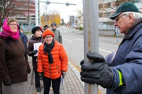 Heikki Heino veti Valkeakoski-päivänä Valkeakoskenkadun historiakävelyn. Matkalle kirkolta tehtaalle osallistui kylmästä säästä huolimatta runsaslukuinen joukko.