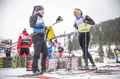 Krista Pärmäkoski (vas.) testasi suksia henkilökohtaisen välineasiantuntijansa Maaret Pajunojan kanssa Seefeldin MM-kisoissa helmikuussa.