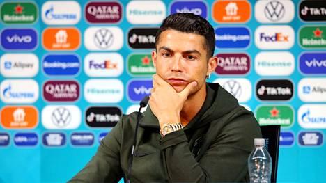 Cristiano Ronaldo siirsi EM-kisoja sponsoroivan Coca-Colan pullot sivuun tiedotustilaisuudessa maanantaina.