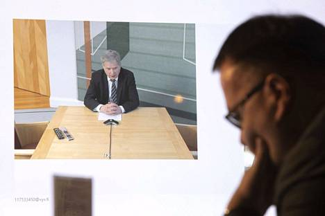 Lännen Media on 11 maakuntalehden yhteinen valtakunnallinen toimitus. Tuotantoa vetävä päätoimittaja Matti Posio haastattelemassa presidentti Sauli Niinistöä videoyhteydellä huhtikuussa.