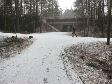 Lunta oli tullut puolilta päivin myös Tampereen Lukonmäessä.