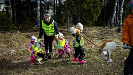 """Aikaisempaan työhön verrattuna perhepäivähoitajana olo on Vilma Paasikiven mielestä paljon """"alastomampaa"""", aitoa ja luonnollista kohtaamista. Paasikiven kanssa kuvassa käsi kädessä kulkevat Juliet Viljanen 1, ja Maisa Kylä-Laurila 1,5 vuotta."""