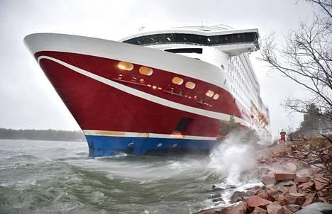 Viking Grace ajoi karille Maarianhaminan sataman eteläpuolella noin kahden aikaan lauantaina iltapäivällä. Kuva tapahtumapaikalta.
