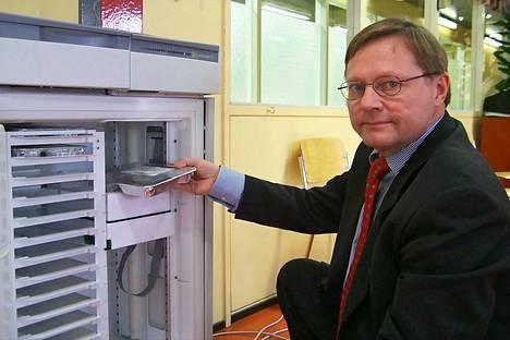 Jukka Penttinen esitteli kehittämäänsä ateria-automaattia maaliskuussa 2002. Laitetta testattiin myös Merikarvialla ja Siikaisissa.