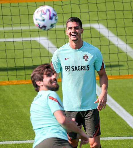 Andre Silvalla (takana) oli hauskaa Portugalin harjoituksissa Ruben Nevesin kanssa.