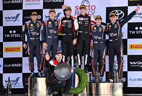 Toyotan kausi on ollut varsin mainio rallin MM-sarjassa, Toyotan rallipäällikkö Jari-Matti Latvala edessä palkinto kädessään Jyväskylän MM-rallin jälkeen, kun Toyotan Elfyn Evans (kolmas vasemmalta ylärivissä) voitti kilpailun.