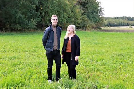 Lauri Saarisen ja Anniina Helinin tontille tuleva lamellihirsinen talo edustaa uutta tekniikkaa, eikä sen hirsien pitäisi painua. Talo on tilattu muuttovalmiina, mutta maatyöt ovat parin itsensä vastuulla.