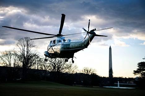 Tämän helikopterin kyytiin Donald ja Melanie Trump astuivat, kun he poistuivat Valkoisesta talosta.