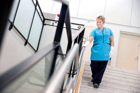– Me olemme päiväkodille tukipalvelu. Huolehdimme puhtauden ja ateriapuolen töistä, jotta kasvatustyön ammattilaiset saavat keskittyä omaan työhönsä, Saila Lukkarinen sanoo ylpeydellä Palveluliikelaitoksen ammattilaisten työstä.