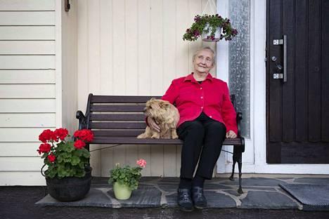 Keväällä Annikki Kortesojaa pelotti korona kovasti. Hän tunsi itsensä myös yksinäiseksi. Kesällä kaikki tuntui jo paremmalta ja ovenvieruspenkillä kului pitkiä aikoja lähistön tapahtumia seuraten. Nyt tyttären Friidu-koirakin on tullut mummoa tervehtimään.