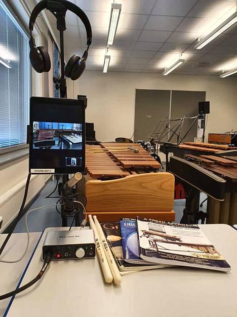 Muun muassa musiikin opetusta kokeillaan nyt verkkoteitse.