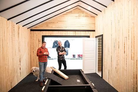 Tampereen Lielahteen on rakenteilla jättikokoinen kalastus- ja metsästysmyymälä. Yksi osa Lielahden uutta liikettä on asehuone. Ruoto oy:n perustaja Joonas Oksanen (vas.) ja talousjohtaja Kari Rantamäki kertovat, että poliisin vaatimuksesta asehuone on muun muassa vuorattu kattoa myöten rautaverkolla. Asehuoneeseen tulee lisäksi valvontakameroita, varashälyttimiä ja metalliset ovet.