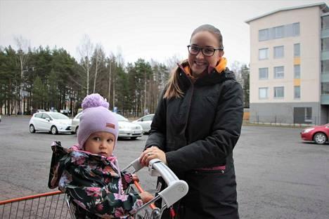 Susanna Perttu tyttärensä Eevi Pertun kanssa Harjavallassa.