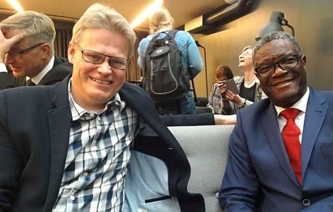 Marko Halttunen tulkkasi vuoden 2018 rauhannobelisti Denis Mukwegea Helsingissä lokakuun lopulla.