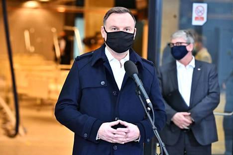 Puolan presidentti Andrzej Duda kuvattuna perjantaina, jolloin hän kävi koronavirustestissä.