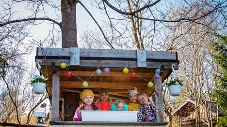 Naapurukset Martta Lehtimäki (vas.) Emma Still, Aada Still, Hertta Lehtimäki ja Alissa Penna ovat koristelleet majan kauniiksi ulkoa ja sisältä.