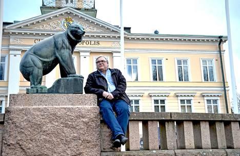 """""""Minulle on ainakin jäänyt epäselväksi, onko Aino-Maija Luukkonen Furuholmin mielestä maailman huonoin vai paras kaupunginjohtaja"""", kirjoittaa Hannu Kaalikoski."""