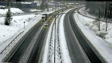Kelikamera näytti tällaista näkymää keskiviikkona kello 16.19 Helsingin moottoritiellä Sääksjärven kohdalla.