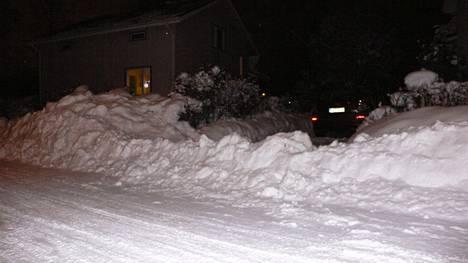 Maksajan osa. Siksi Tapio Kalliomäki on nimennyt tämän vuoden 2004 lumivallista ottamansta valokuvan.