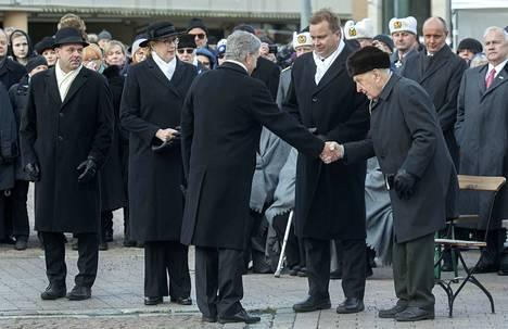 Tasavallan presidentti Sauli Niinistö kätteli veteraani Mauno Tenhovirtaa talvisodan 80-vuotismuistojuhlassa 30. marraskuuta. Vieressä on puolustusministeri Antti Kaikkonen (kesk.).