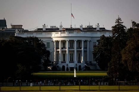 Valkoisen talon lippu laskettiin puolitankoon viikonlopun joukkoampumisten uhrien muistoksi sunnuntaina.