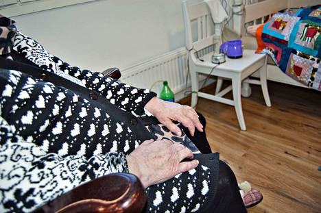 Kirjoittaja pitää vanhainkotien nykyisen vierailukiellon käytännön toteutusta häpäisevänä ja ihmisen perusoikeuksia loukkaavana.