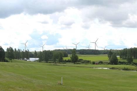 Tässä havainnekuvassa suunnitellut tuulivoimalat näkyvät maisemassa Ikaalisten golfkentältä katsottuna.