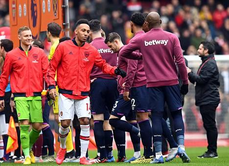 Arsenalin ja West Hamin pelaajat välttelivät kättelemistä hetkeä ennen kuin Valioliiga laitettiin tauolle.