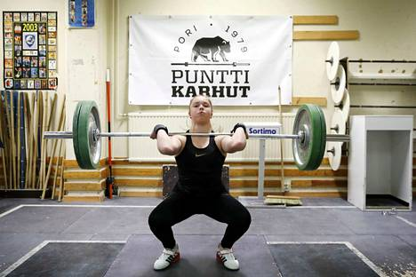 Voima on Olivia Konosen vahvuus. Porilainen painonnostaja harjoittelee useita kertoja viikossa Porin urheilutalossa.