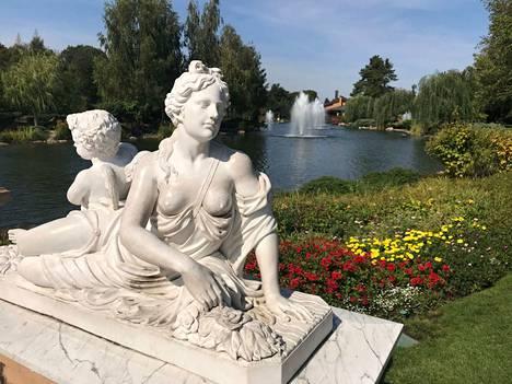 Mezhihirjan puistosta on komeat näkymät Dnepr-joelle. Puutarhassa on ylellisiä patsaita ja istutuksia.