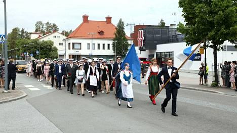 Tuoreet ylioppilaat kulkivat ryhdikkäästi Kankaanpään keskustassa lauantaipäivänä.