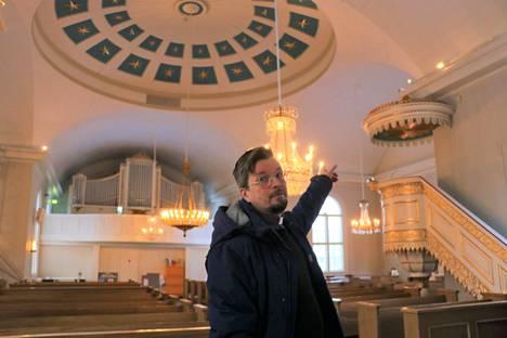 Olli Viljakainen toteaa, että myös valaistusta ja äänentoistoa uusitaan ja automaattinen sammutusjärjestelmä tulee kirkon lisäksi tapuliinkin.