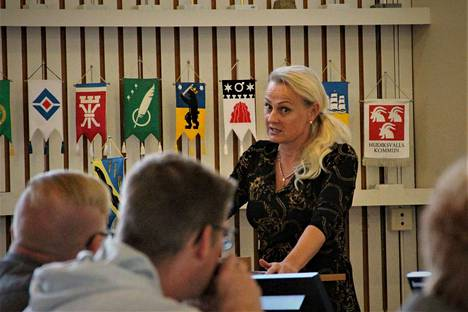 Nakkilan kunnanjohtaja Nina-Mari Turpela esitti kunnanhallitukselle, ettei siirtosopimusta hyväksyttäisi. Kunnanjohtajan ehdotus kumottiin niukasti äänestyksessä. Arkistokuva.