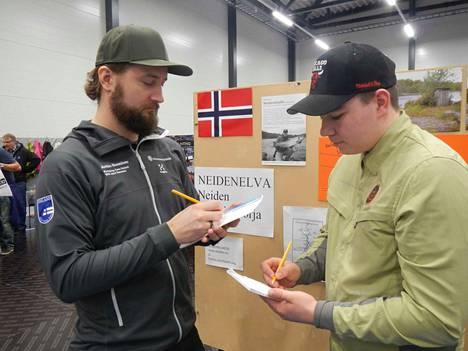 Jarkko Suominen ja Teemu Kosonen yrittävät arvata esitteen lohen painoa. Palkintona on kalalupa pohjoisen lohijoelle.