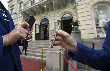 Arkistokuvassa tarkastetaan koronapassia vanhalla Ylioppilastalolla Helsingissä järjestetyssä yksityistilaisuudessa, jossa kokeiltiin koronapassin käyttöä.