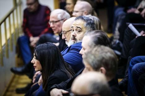 Italialainen Francesco Osanna (keskellä sinisessä puvussa) seurasi maanantaina lehteriltä, kun Mänttä-Vilppulan kaupunginvaltuuston käsitteli Sassin alueen kehittämishanketta.