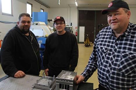 Yrittäjä Seppo Piranen (oikealla) sekä hänellä töissä olevat ammattilaiset Kalle Myllymaa ja Tommi Merinen tekevät paljon metallialan alihankintatöitä Vihattulassa. Piranen esittelee ruiskuvalumuottia.