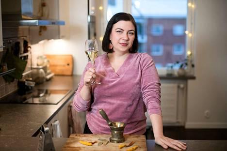 Savusuolaa ei ole ruokablogi, vaan ruokaa rakastavan ihmisen blogi, kertoo Janica Brander. Reseptien lisäksi siellä on mielipidekirjoituksia ja tarinoita siitä, millaista oli hengailla teininä Keskustorin McDonald'sin edessä 1990-luvulla.