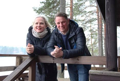 Ajatukset jo tulevassa kesässä. Uudet yrittäjät Minna Luoma-aho ja Jukka Vuorela muuttavat kesämultialaisiksi leirintäalueen toiminnan käynnistyttyä.