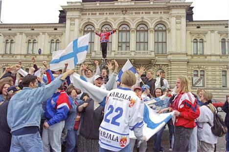 Keskustorin suihkulähteellä juhlittiin MM-kultaa sunnuntaina 7.5.1995. Näyttelijä Eppu Salminen nousi suihkulähteen huipulle.