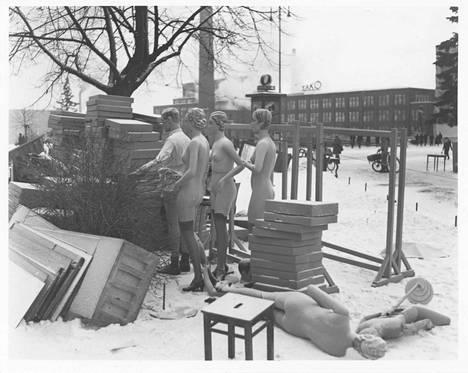 Tässä kuvassa on vahvasti talvisodan symboliikkaa. On pakkanen ja muotinuket ovat sikin sokin puistossa. Tämä valokuva on Bertel Strömmerin talvisotakuvia Tampereelta. Strömmerin kuvat kuuluvat Tampere-seuran kokoelmaan. Näistä kuvista on esitys Moron toimituksen talvisotatapahtumassa.
