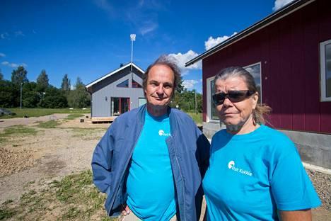 Mirjami Vallin ja Seppo Kääriäisen punainen minitalo on valmistumassa. Takana näkyvään harmaaseen taloon asettuvat paluumuuttajat Enontekiöltä.