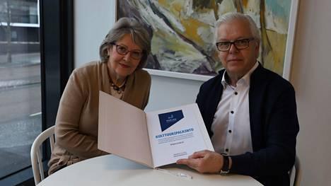 Maritta Pahlman ja Veijo Hynninen iloitsivat Nokia-Seuran saamasta kulttuuripalkinnosta.