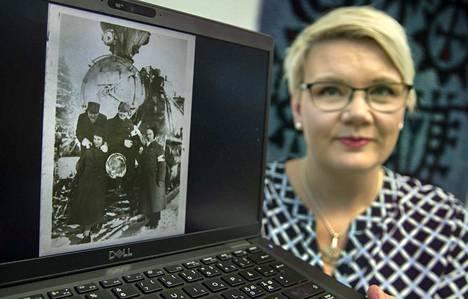Lotta Svärd säätiön toiminnanjohtaja Anne Nurminen esittelee kuva-aineistoa talvisodalta. Kuvassa sairasjuna, joka oli maalattu valkoiseksi. Katolla ollut punainen risti oli peitetty naamioinnin takia.