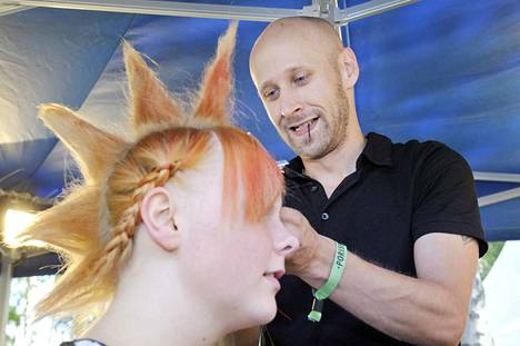 Tomi Laaksonen loihti festivaalikampauksia pop up -salongissa elokuussa 2013. Käsittelyssä Vaula Ekholmin hiukset.