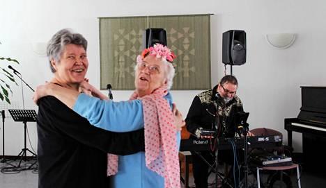 Arkistokuvassa Heli Estemaa (vas.) ja Salme Kopro tanssivat keskenään eläkeläisten päivätansseissa seurakuntatalolla maaliskuussa 2019. Musiikkia soitti Juhani Fredrikson.