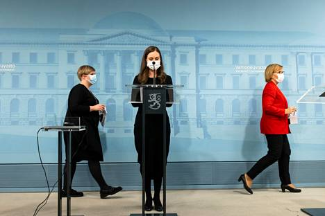 Kuva on 17. joulukuuta 2020 pidetystä tiedotustilaisuudesta, jossa hallitus kertoi eläkeputken poistosta. Paikalla olivat muun muassa tiede- ja kulttuuriministeri Annika Saarikko (kuvassa vas.), pääministeri Sanna Marin ja työministeri Tuula Haatainen.