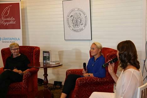 Naantalin kirjajuhlien taiteellinen johtaja Katri Tuominen haastattelee kirjailijakaksikko Tomas Gadsia.