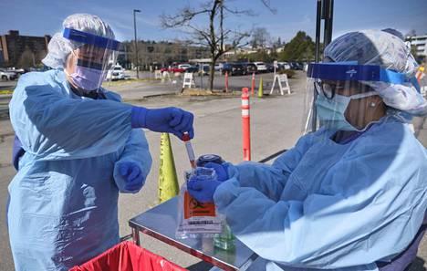 Koronavirustestejä ja -tutkimuksia tehdään nyt ympäri maailmaa, kun epidemia leviää edelleen vauhdilla. Torstaina sairaanhoitajat ottivat talteen koronavirusnäytteen autokaistalla sijaitsevalla testauspisteellä Seattlessa Yhdysvalloissa.
